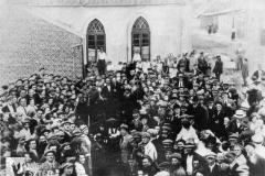 Przed synagogą w Radziejowie