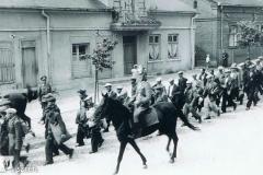 Żydzi z Radziejowa prowadzeni na stację kolejową.